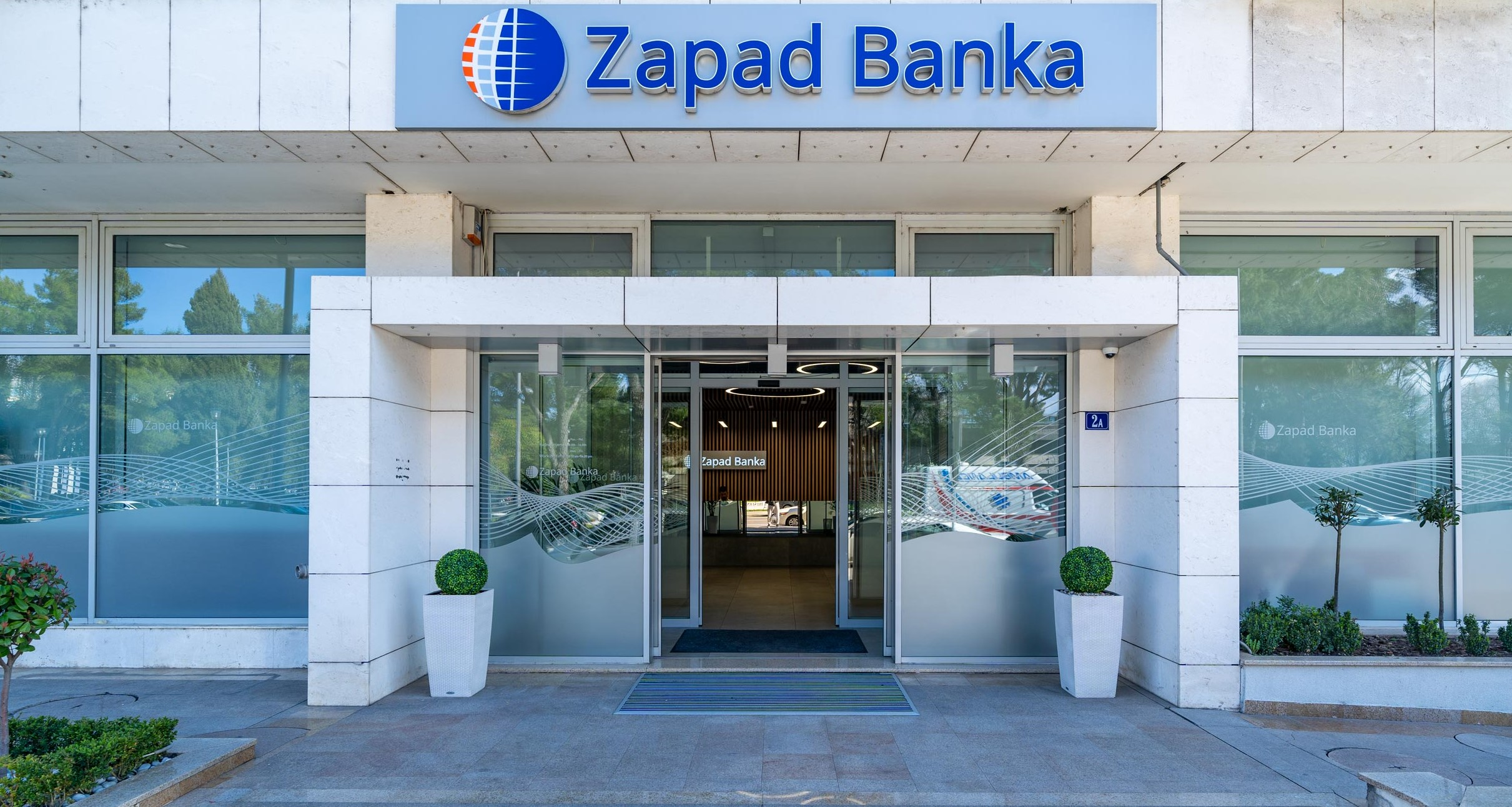 Zapad banka i njeni akcionari donirali 100 hiljada EUR NKT-u